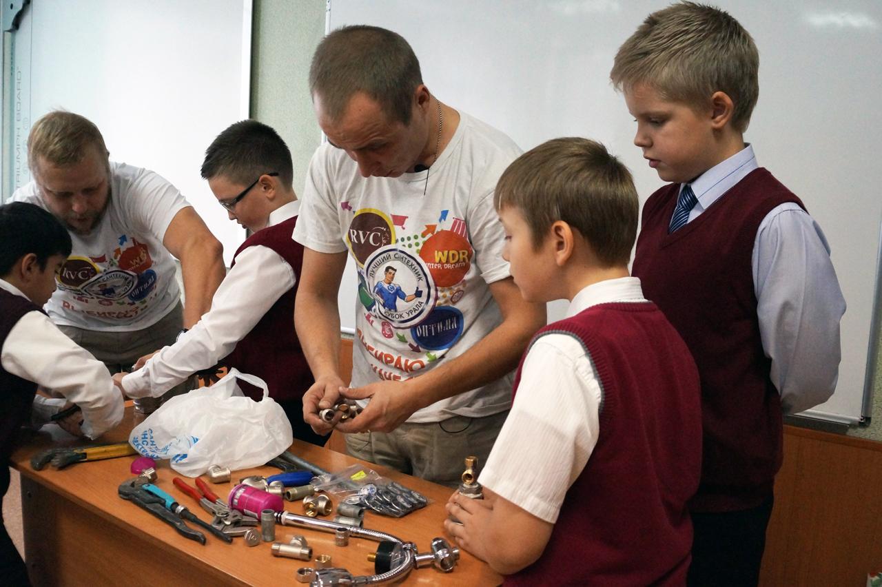 Соревнования будут проходить в течение полугода, первый этап носит название «Школа Сантехмена». У