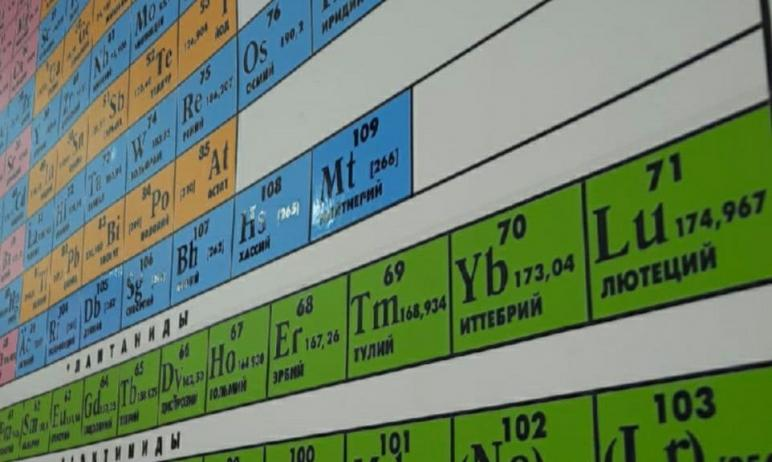 В Челябинске трое студентов, увлеченных химией, проводят для учеников 10 и 11 классов уроки с дем