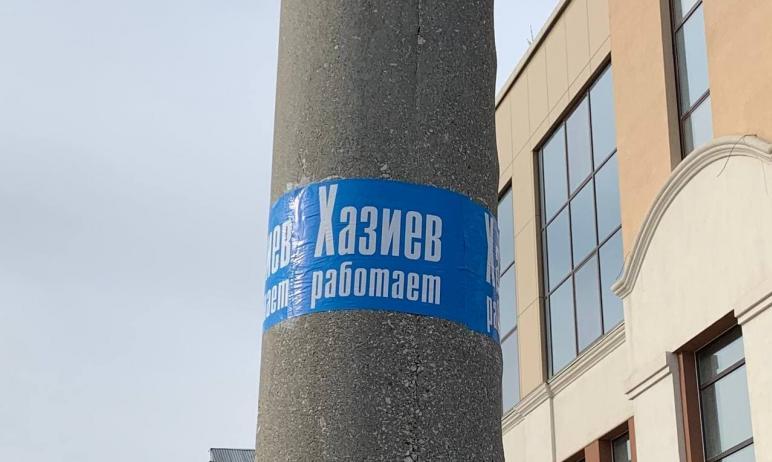 Сегодня, 27 апреля, в Челябинске сотрудники МБУ «ЭВИС» очищают электроопоры на улицах Центральног