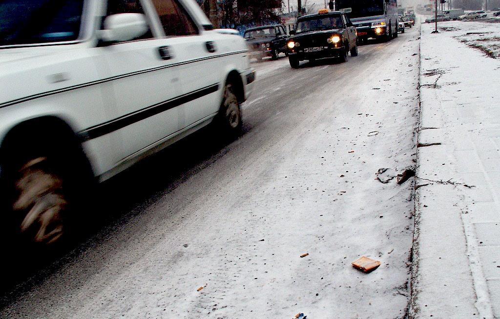 Утром многие автовладельцы обнаружили свой автомобиль, покрытый коркой льда из-за мокрого снега и