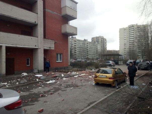 Как сообщают федеральные СМИ, инцидент произошел в 16-этажном доме на проспекте Солидарности. Опе