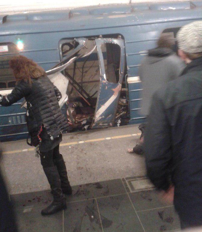 Как отмечает Вестник Петербурга, по предварительным данным, произошло два взрыва - на станциях «Т
