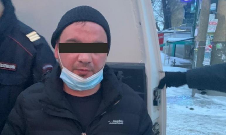 В Челябинске мужчина в медицинской маске ограбил ломбард. Он был задержан по «горячим» следам чер