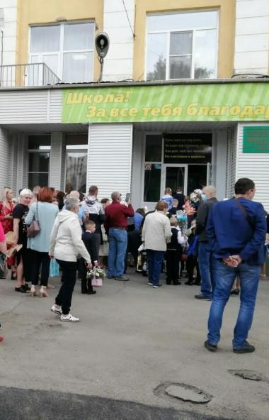 Сегодня, первого сентября, для многих первоклассников Челябинска, первый их в жизни школьный звон