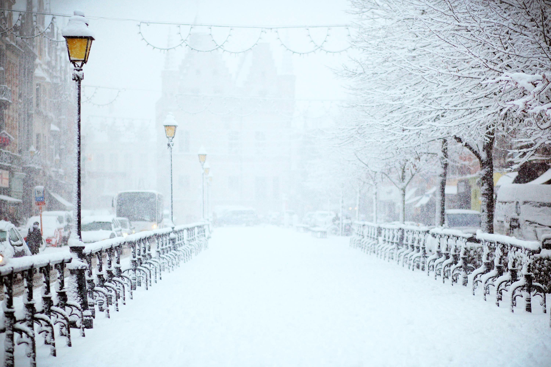 Челябинским чиновникам устроили разнос за некачественную уборку и вывоз снега. Огромные кучи, обр