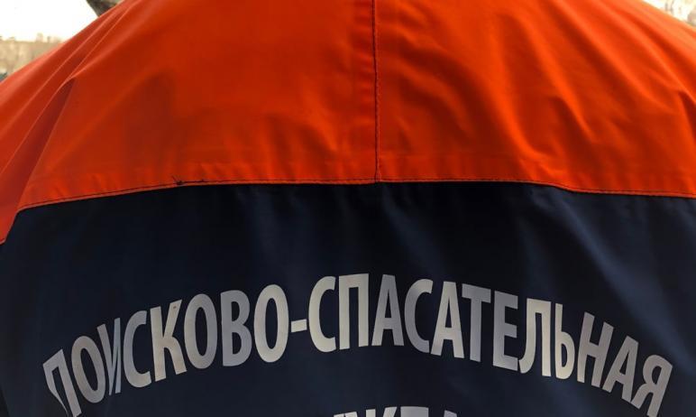 В Миассе (Челябинская область) спасатели на руках вынесли из общежития мужчину со сложным ранение