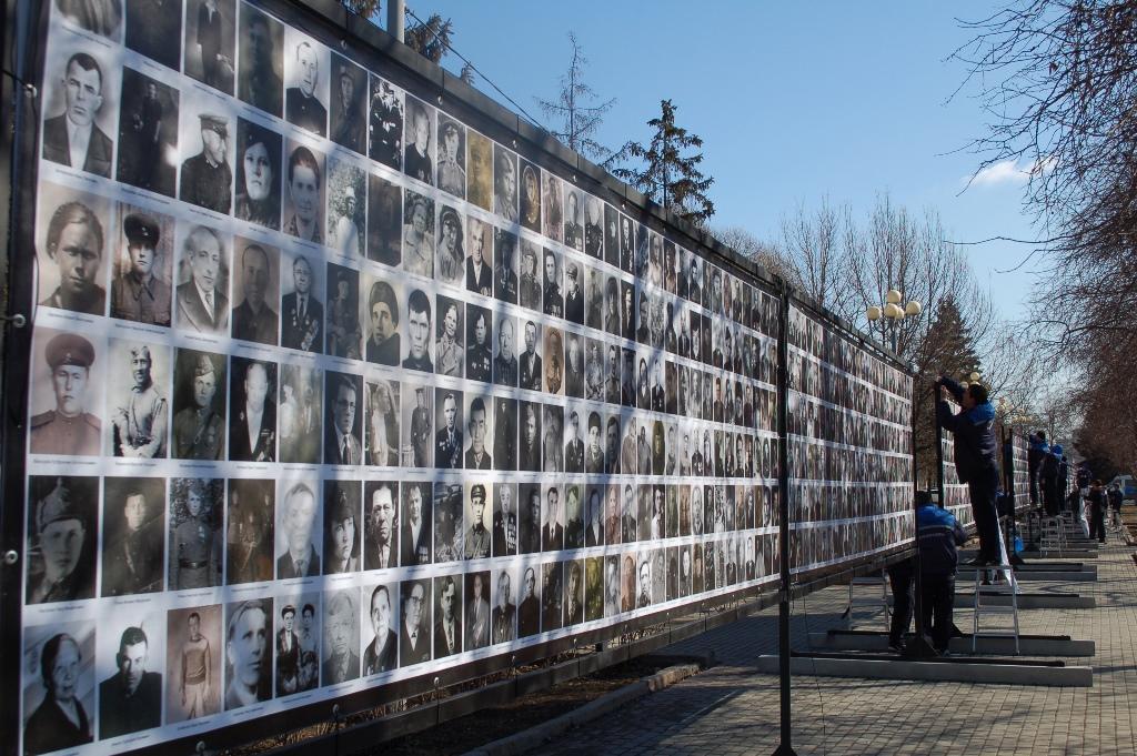 По подсчетам организаторов акции, на сегодняшний день собрано около 100 тысяч фотоснимков военных