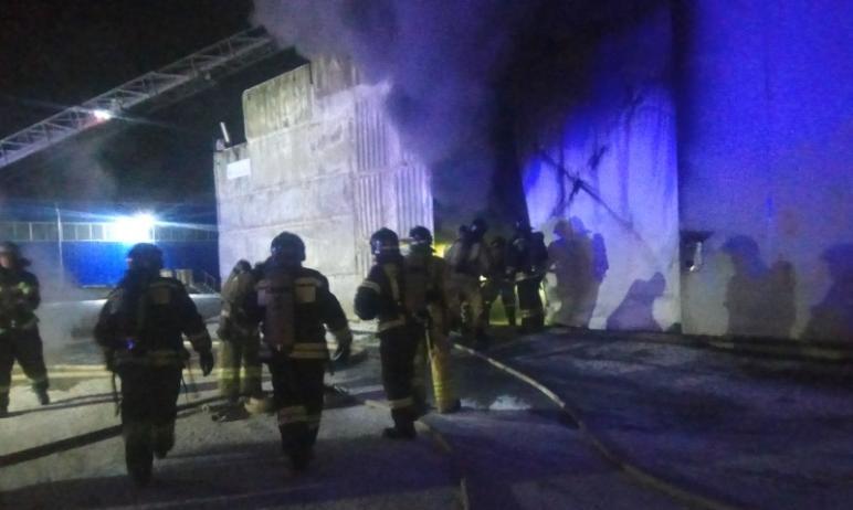 В Челябинске на складе с готовыми изделиями из дерева произошел пожар. По предварительным данным,