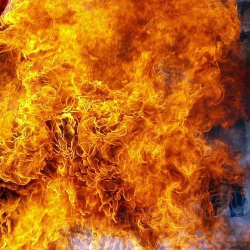 Пожар произошел на пятом этаже в доме по улице Комаровского. Возгорание произошло на пятом этаже