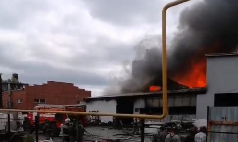 Сегодня, восьмого июня, в Миассе вспыхнуло цех по производству запчастей. Огонь перебрался на кро