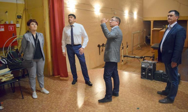 Глава Златоуста (Челябинская область) Максим Пекарский оценил качество капитального ремонта дома