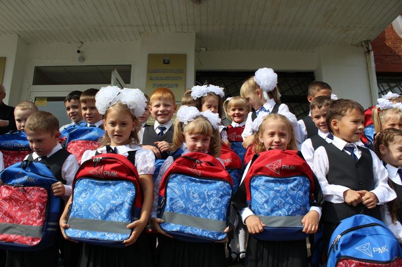 Портфели и канцелярские принадлежности ко Дню знаний получили в общей сложности 770 первоклассник