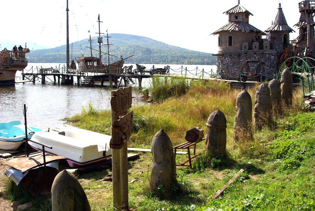 Сейчас с территории, где еще недавно были старинные постройки, постоялый двор и деревянные скульп