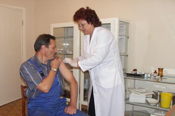 Прививочная кампания по вакцинации и ревакцинации началась в апреле, чтобы работники, проходящие
