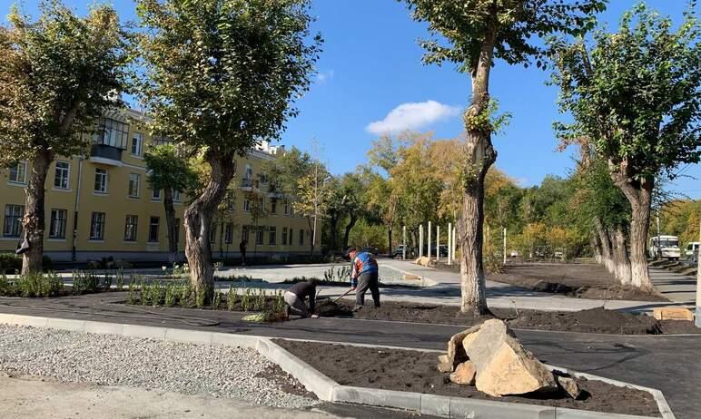 В Ленинском районе Челябинска подходит к концу благоустройство нового сквера, расположенного на у