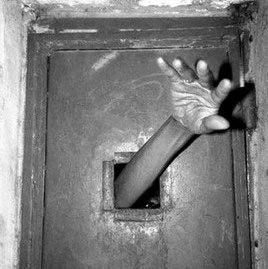 «В воскресенье утром мальчики отогнули решетку окна на первом этаже в одном из корпусов больницы