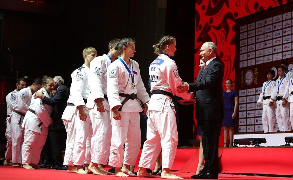 Очередные состязания дзюдоистов среди молодых спортсменов, которые носят имя основателя дзюдо Дзи