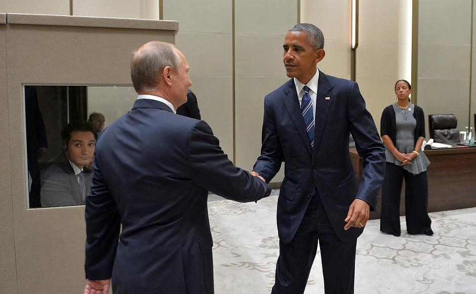 Также с российской стороны в переговорах участвуют помощник президента Юрий Ушаков, пресс-секрета