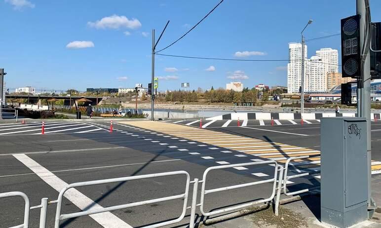 Светофоры на новом пешеходном переходе, соединившем новую набережную за «Мегаполисом» и Сад камне