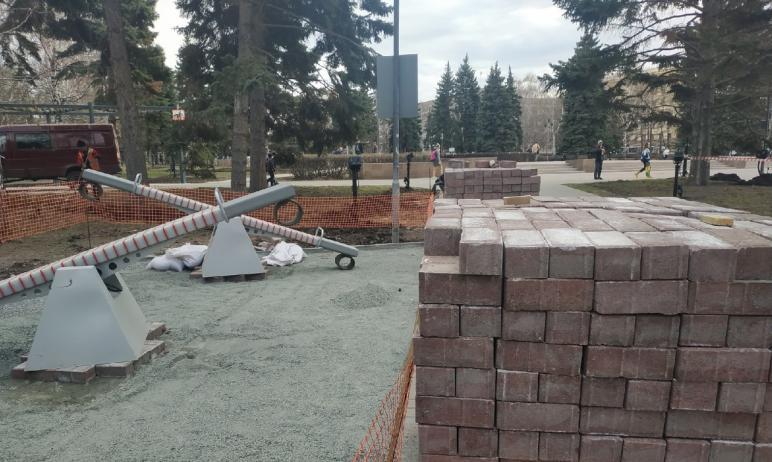 В Советском районе Челябинска, в сквере на площади Революции, начаты работы по замене провалившей