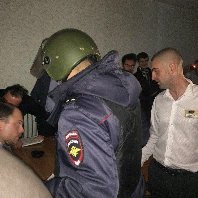 Как сообщают очевидцы, гостиница полностью оцеплена, на входе в подземные переходы стоят сотрудни
