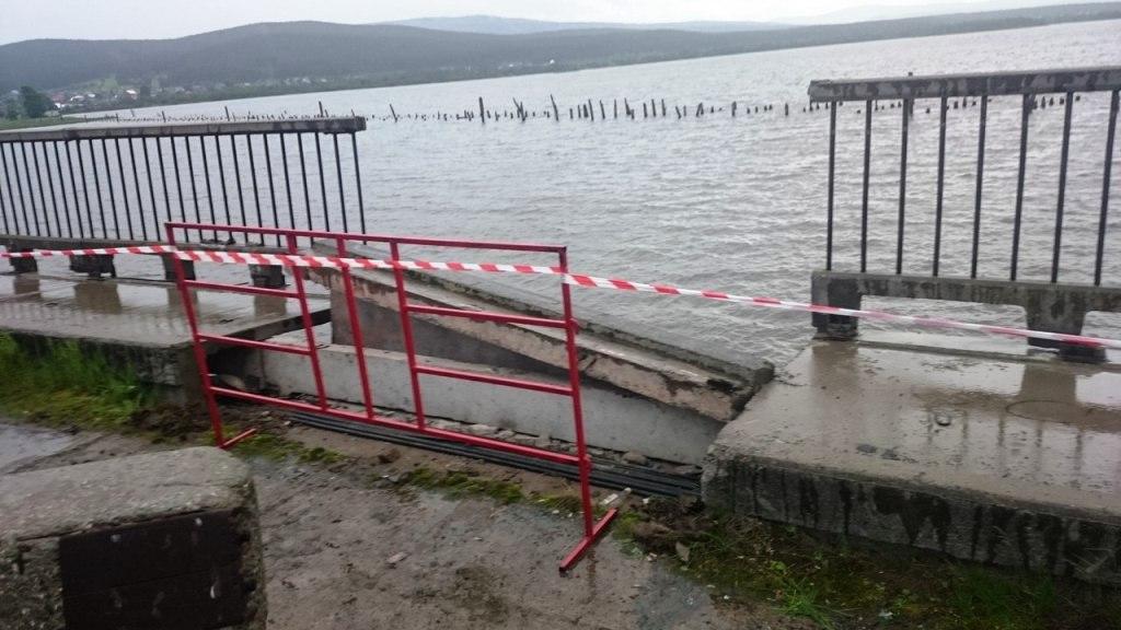 Как сообщают очевидцы ВКонтакте, в воде оказались три девочки и двое мальчиков. «Скорая до
