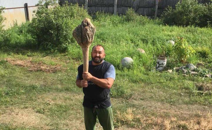 Челябинец Эльбрус Нигматуллин изготовил для мэра Москвы оружие его предков – сукмар. Он его вручи