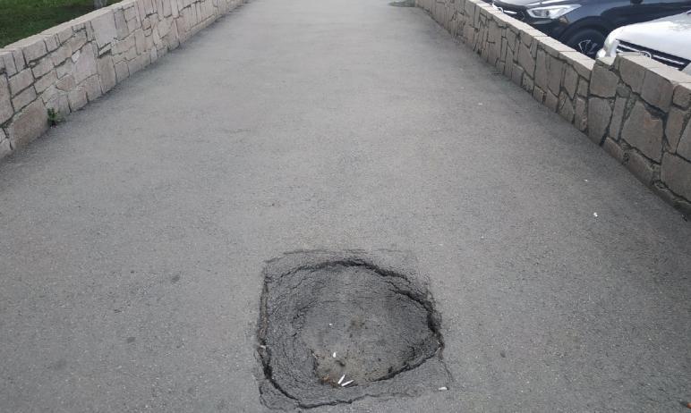 В центре Челябинска зияет огромный провал. Дыра в асфальте «красуется» на улице 3-го Интернациона