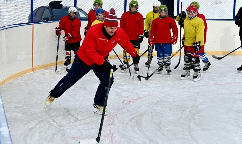 Тренировка с участием легендарного хоккеиста прошла на стадионе «Труд». Призер Олимпийских игр и