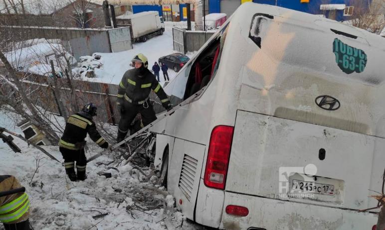 В Челябинске на Троицком тракте рейсовый автобус слетел с моста. По предварительной информации, п