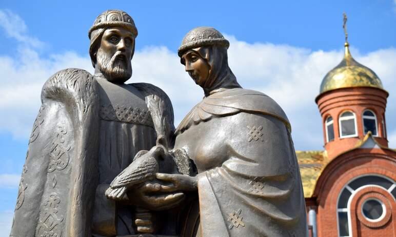 В Златоусте (Челябинская область) установили памятник святым покровителям семьи Петру и Февронии