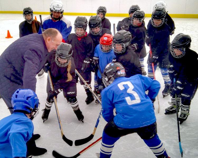Борис Дубровский также встретился с местной детской хоккейной командой. Он пообещал уйским ребята