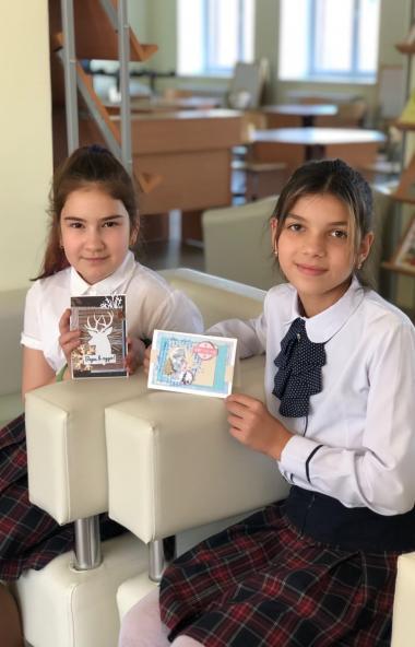 Маленькие умельцы из Челябинска создали новогодние чудо-открытки для воспитанников детских домов.