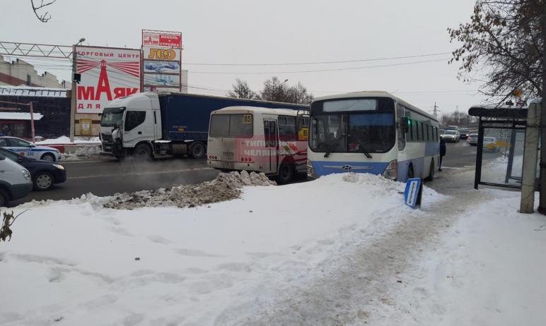 Во вторник, 19 января, в Челябинске фура врезалась в автобус с пассажирами, который от удара выех