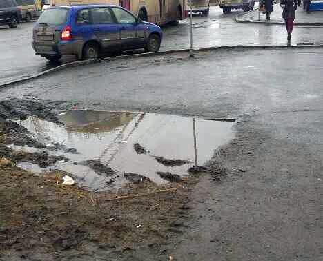 Администрация Челябинска назвала лужу на улице Румянцева газоном и посоветовала по нему не ходить