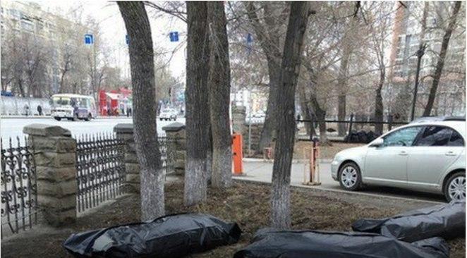 В Челябинске на субботнике мусор складывают в мешки для трупов. Длинные черные мешки лежат на газ