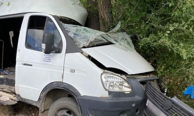 В Карталах (Челябинская область) маршрутное такси врезалась в дерево. Пострадали восемь человек,