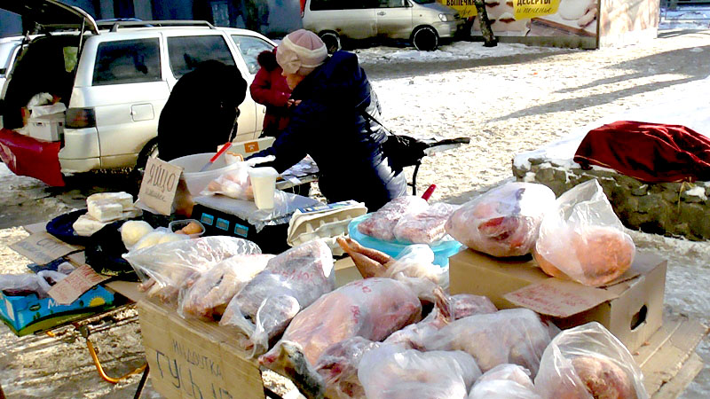 В Челябинске три торговки на Комсомольском проспекте возле дома №36 продавали сало и рыбу с наруш