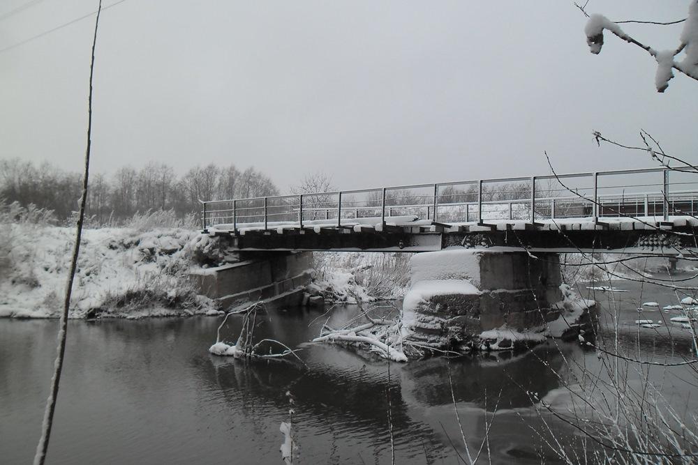 Проезд по мосту запрещен, о чем говорят дорожные знаки. При этом жители Нязепетровска с улицы Шко