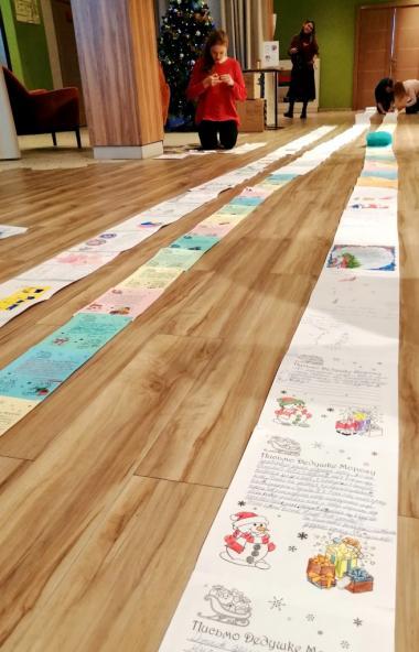 Дети и пенсионеры из Челябинска написали Деду Морозу самое длинное в истории России письмо, превы