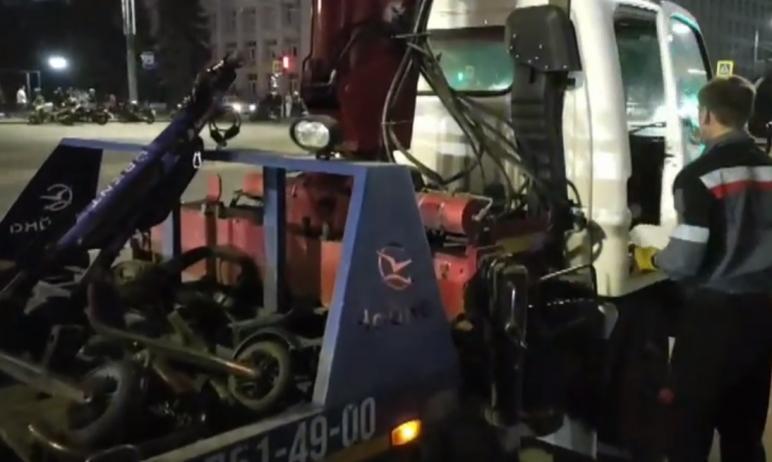 В Челябинске сотрудники ГИБДД увозят электросамокаты, припаркованные с нарушением правил остановк