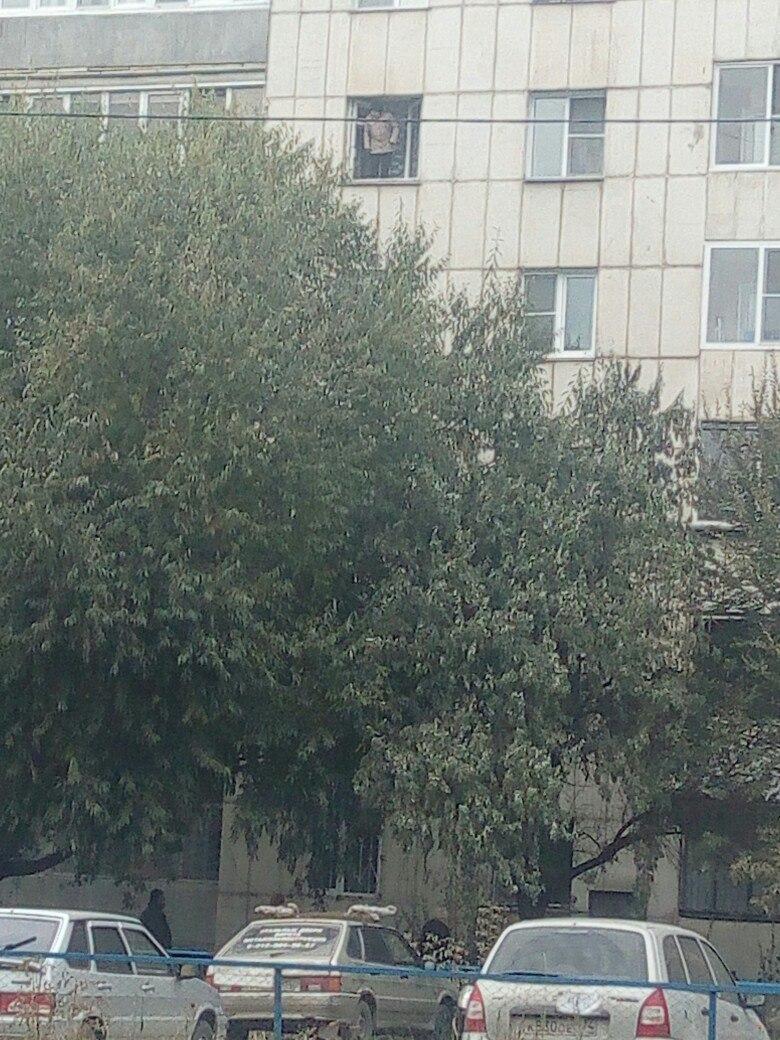 ЧП произошло 15 октября на улице Гагарина в Челябинске. Прохожие заметили в окне пятого этажа пож