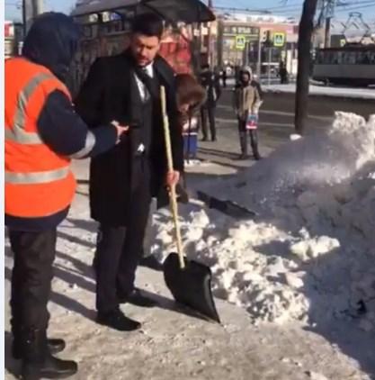 В деловом костюме мужчина, вышедший помогать челябинским дворникам в воскресенье, 27 января, оказ