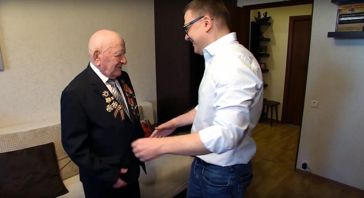 Врио губернатора Челябинской области Алексей Тесклер вместе с сыном Мишей поздра