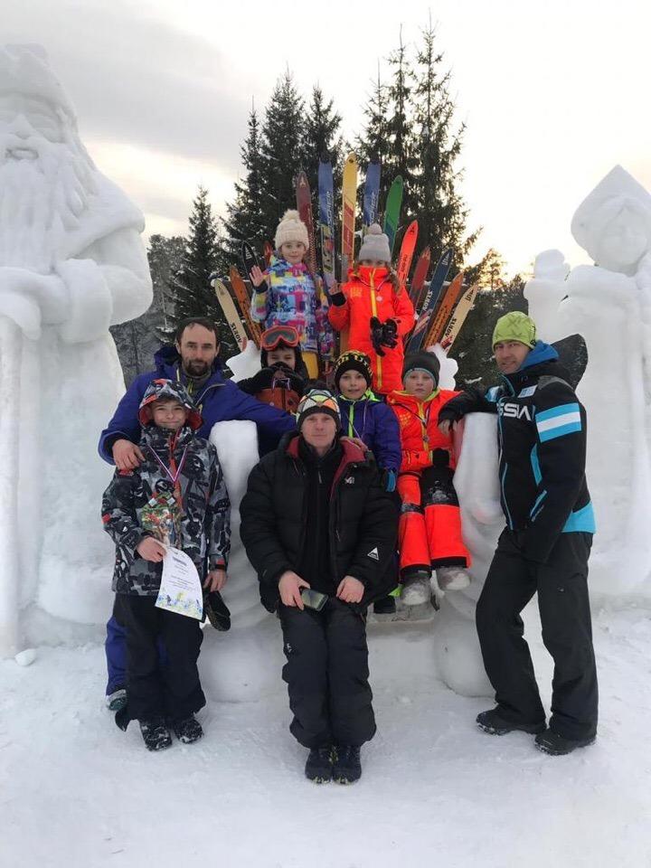 Воспитанники Детской спортивной школы горнолыжного курорта «Солнечная долина» под городом