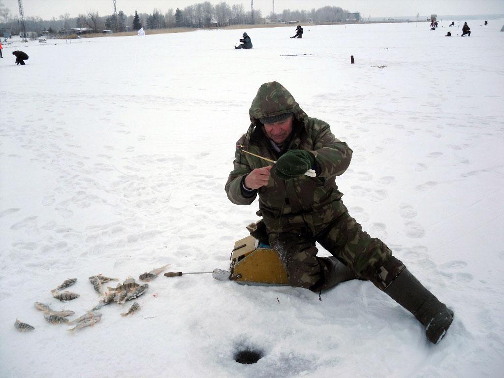 В зимней ловле соревновались более 30 рыболовов-любителей, представляющих комбинат.Каждый участни