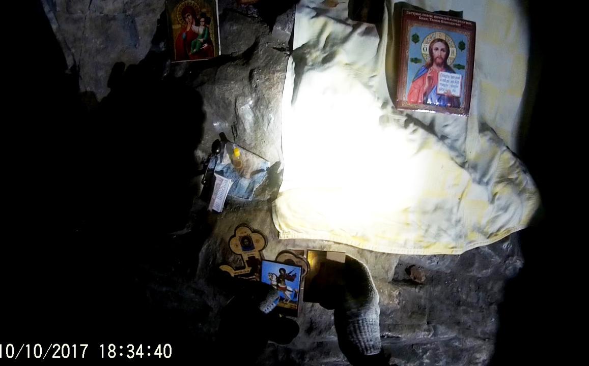 Необычную находку девушка-туристка обнаружила во время посещения Сугомакской пещеры. Иконы и церк
