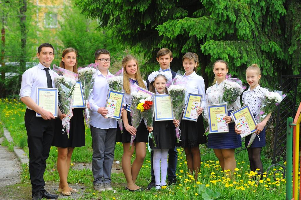 Как сообщает пресс-служба комбината, дипломы и стипендии комбината получили девять учеников 4-11