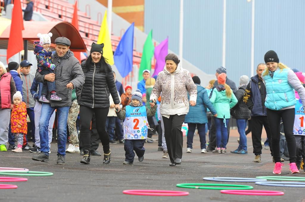Как сообщает пресс-служба ЧМК, в спортивном празднике приняли участие почти 500 человек. Семейные