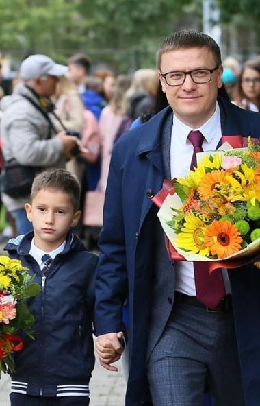 Губернатор Челябинской области Алексей Текслер поздравил учителей, родителей, учеников с началом